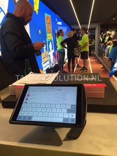Tabletsolution oplossingen - InVue iPad Security stand bij All4running Store Amsterdam - Tabletsolution