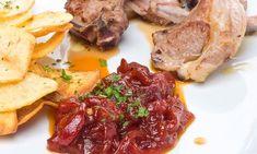 Receta de chuletillas de cordero en adobo y después fritas en sartén acompañadas de unos pimientos rojos asados y caramelizados.