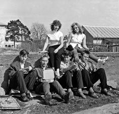 High school teenagers' field trip in Åland - Munkkiniemen yhteiskoulun lukiolaisia luokkaretkellä Ahvenanmaalla 1956. Kuva: Helsingin kaupunginmuseo.
