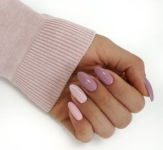 Prized by women to hide a mania or to add a touch of femininity, false nails can be dangerous if you use them incorrectly. Types of false nails Three types are mainly used. Cute Nails, Pretty Nails, Hair And Nails, My Nails, Nail Manicure, Nail Polish, Nailart, Almond Nails, Nail Inspo