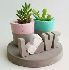 Timestamps DIY night light DIY colorful garland Cool epoxy resin projects Creative and easy crafts Plastic straw reusing ------. Concrete Crafts, Concrete Projects, Concrete Planters, Painted Flower Pots, Painted Pots, Cement Art, Home And Deco, Diy Projects To Try, Plant Decor