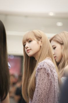 Discovered by ˏˋ 𝖒𝖔𝖔𝖓ᴸᴵᴳᴴᵀˊˎ. Find images and videos about kpop, blackpink and lisa on We Heart It - the app to get lost in what you love. Blackpink Lisa, Jennie Blackpink, Kpop Girl Groups, Korean Girl Groups, Kpop Girls, Girls Generation, Thai Princess, Lisa Blackpink Wallpaper, Black Pink Kpop