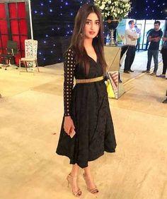 Sajal Ali's Beautiful Dress at Hum Awards - Style. Pakistani Dresses Casual, Pakistani Bridal Wear, Casual Dresses, Fashion Dresses, Kurti Neck Designs, Kurti Designs Party Wear, Stylish Girls Photos, Stylish Girl Pic, Short Frocks