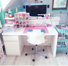 25 Escritorios Modernos Juveniles que te Inspirarán Study Room Decor, Cute Room Decor, Bedroom Decor, Deco Cool, Craft Room Design, Craft Space, Kawaii Room, Girl Bedroom Designs, Girls Bedroom