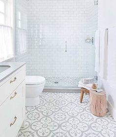 Les carreaux de cimentont la côte en déco salle de bain ! En carrelage sol, en revêtement mural, dans une douche italienne, ces carreaux moulés dans le ciment et colorés de jolis motifs sont parfaits pour une salle de bain design, zen ou rétro. La rédac de Déco Cool a pioché 12 photos de carreaux d