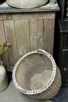 This is a wonderful Our of round very primitive basket! Primitive Doll Patterns, Reproduction Furniture, Round Basket, Antique Show, Down On The Farm, Country Primitive, Old Wood, Primitives, Wicker Baskets