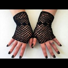 amazing_crochet_patterns_:: Fishnet Fingerless Gloves  These #classic #gloves…