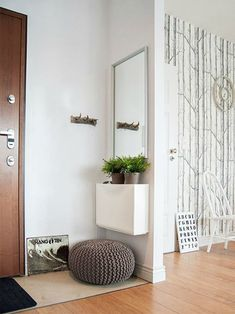 Как раз тот случай, когда прихожая является частью гостиной. Коврик выделяет прихожую, а зеркало и пуф делают ее более удобной.  (вход,прихожая,интерьер,дизайн интерьера,мебель,современный) .
