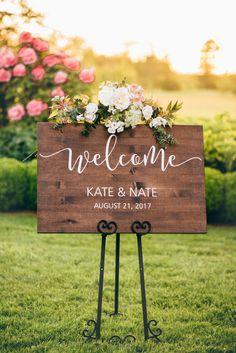 Personalized Wedding Welcome Sign - Dekoration Ideen Wooden Wedding Signs, Wedding Welcome Signs, Wedding Signage, Rustic Wedding, Wedding Ideas, Wedding Hacks, Country Wedding Centerpieces, Wedding Date Sign, September Wedding Centerpieces