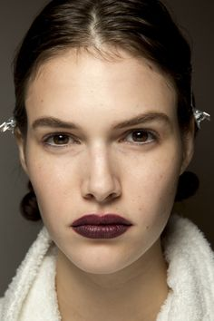 See beauty photos for Burberry Spring 2016 Ready-to-Wear collection.