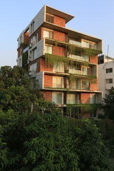 Construído pelo ARCHFIELD na Dhaka, Bangladesh na data 2012. Imagens do Mahfuzul Hasan Rana. Localizado em um terreno de esquina em Gulshan, o edifício Karim foi desenhado a partir da ideia de mesclar as técnic...