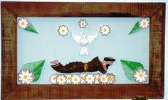 Painel em madeira de demolição com São Francisco, divino e flores brancas.