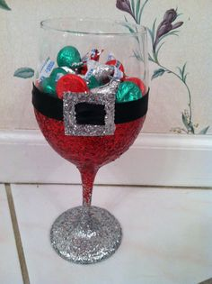 Glitter Wine Glass - Santa Style maybe use one of those GIGANTIC wine glasses Noel Christmas, Diy Christmas Gifts, Christmas Projects, Christmas Decorations, Christmas Glasses, Country Christmas, Christmas Ideas, Wine Glass Crafts, Wine Bottle Crafts