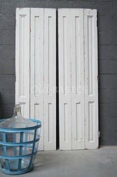 Set luiken 80029 - Set oude houten luiken met een witte kleur. De buitenste panelen van de drie-luik zijn afgewerkt met een sierlijk paneel.