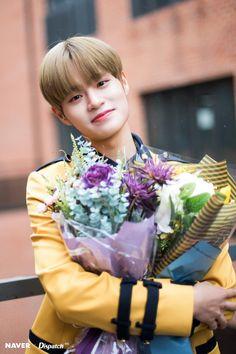 Wanna One's Lee Daehwi Graduation Photoshoot by Naver x Dispatch. David Lee, Mark Lee, Kpop, Oppa Ya, Ulzzang, Kdrama, Arin Oh My Girl, Graduation Photoshoot, Graduation Celebration
