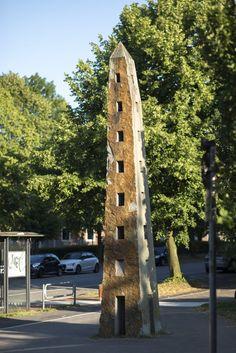 #Kiel Mit seiner Höhe von mehr als sechs Metern könnte der Obeliskfast ein Wachturm für das damals neu bebaute Wohngebiet sein. Und tatsächlich erinnert er mit seinen zahlreichen Öffnungen und dem stren...
