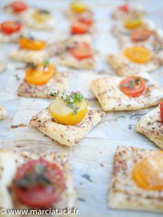 Une recette rapide à faire pour grignoter lors des apéros d'été … Avec trois fois rien on peut faire des merveilles. Avec un fond de frigo on peut souvent se surprendre. Ici il a suffit d'une pâte brisée, d'un peu de moutarde, de crème fraiche et de tomates cerises et le tour est joué ! …