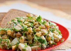 """Салат из баклажан """"Монте-Карло"""". Готовила несколько раз. Никто не может угадать из чего этот салат. Супер! баклажаны – 4 шт яйца – 4 шт майонез — 2 ст ложки лук зеленый петрушка черный молотый перец соль масло растительное для жарки"""