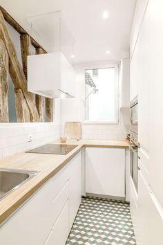 Un appartamento parigino dai colori pastello - Coffee Break Mini Kitchen, Rustic Kitchen, Kitchen Decor, Kitchen Ideas, Kitchen White, Small Kitchen Organization, Kitchen Storage, Narrow Kitchen, Kitchen Small