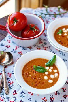 Verwarmend, voor doordeweeks of feestelijk: heel veel verschillende soepen. Hoe draai je even een snelle maaltijdsoep in elkaar of voor het betere weekendwerk: hoe maak je ook alweer een goede