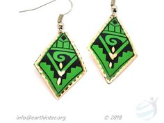 Earrings: Turkish designed, drop-style Dimension: x cm Weight: g Shape: Diamond Color: Green background, black & gold pattern, indented gold rim Materials: Hand painted copper Turkish Design, Gold Pattern, Green Backgrounds, Copper Jewelry, Colored Diamonds, Black Gold, Arts And Crafts, Jewelry Design, Hand Painted