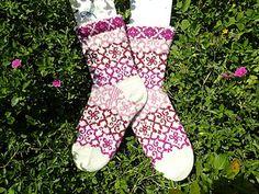 Ravelry: Sienna Socks pattern by JennyPenny Knitting Patterns Free, Free Knitting, Free Pattern, Knitting Videos, Knitting Socks, Mittens, Ravelry, Competition, Knit Crochet