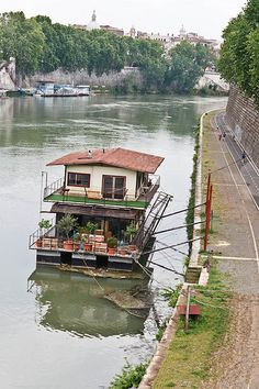 Floating Homes on The Tiber River, Rome Visit Rome, Shanty Boat, Houseboat Living, Lakefront Property, Water House, Floating House, Water Crafts, Rustic Design, Architecture