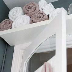 Small bathroom over the door storage for towels. Would be great for a guest bathroom. Small bathroom over the door storage for towels. Would be great for a guest bathroom. Deco Cool, Small Bathroom Organization, Organized Bathroom, Storage Hacks, Storage Ideas, Organization Ideas, Storage Solutions, Clothing Organization, Closet Solutions
