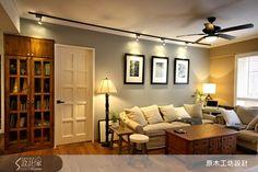 簡約線條讓家具百搭 屋高不足的空間,利用吊扇燈、軌道燈照明,不做多餘的天花板。簡潔俐落的空間線條,讓舊家具可自在搭配。  潮濕老屋大改造,讓家完美變身 |w.searchome.net/article.aspx?id=21504