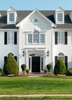 Choose the Best Material for Your Home's Exterior with Our Guide to Siding Options House Siding Options, Exterior Siding Options, Exterior Design, Exterior Cladding, Cafe Exterior, House Cladding, Craftsman Exterior, Grey Exterior, Exterior Paint