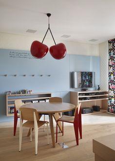 Suavidade e acolhimento em apartamento paulistano. O pendente cherry dá um toque de diversão na sala de brincar.