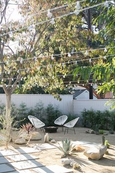 desert-backyard-landscaping-ideas-with-outdoor-furniture – HomeMydesign Desert Backyard, Modern Backyard, Modern Landscaping, Backyard Patio, Backyard Landscaping, Backyard Ideas, Landscaping Edging, Sidewalk Landscaping, Hydrangea Landscaping