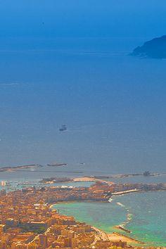 """Vogelperspektive auf die Altstadt von Trapani. Man sieht hier sehr schön die Sichelform der Altstadt. Sie gab der Stadt ihren antiken Namen """"Drepanon"""", was im Griechischen schlicht Sichel bedeutet.  http://www.trip-tipp.com/sizilien/urlaub-fotos-staedte.htm #sicily #sicilia"""