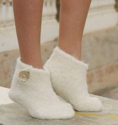 """Snow Slippers - Felted DROPS Christmas slippers in 2 threads """"Alpaca"""" - Free pattern by DROPS Design Felted Slippers Pattern, Knitted Slippers, Knitting Socks, Free Knitting, Knitting Patterns, Felt Crafts Patterns, Magazine Drops, Felt Shoes, Drops Design"""