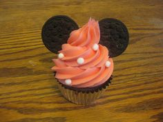 minnie mouse cupcake - cute! (thirty five days until our trip to disney, too excited!)