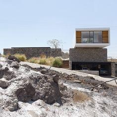 Construido en 2012 en Xochitepec, México. Imagenes por Alejandro Catalá. Localizada en un club de golf en Xochitepec, Morelos; Xochi se conforma de dos volúmenes que se lucen desde cualquier ángulo y aprovechan una larga...