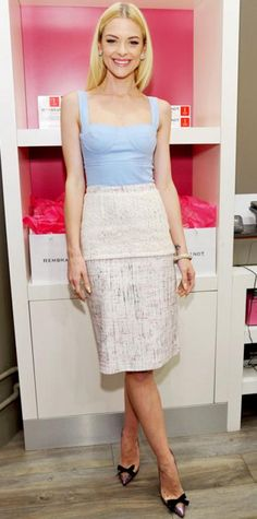 FEBRUARY 2013 Jaime King WHAT SHE WORE At a Rembrandt bash, King sweetened things up in a pastel Peter Som dress, white gold Graziela earrings, pave Melinda Maria jewels and bowed pumps. Jamie King, Cool Outfits, Fashion Outfits, Hollywood Glamour, Hollywood Party, How To Look Pretty, Pretty Dresses, Spring Fashion, Lace Skirt