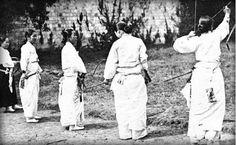 활쏘기를 하는 여인들