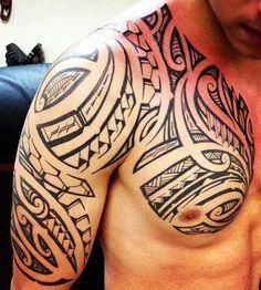 Tattoo de Symboles Polynesian Maori sur l'épaule de un Man dans la treintane, from Tribal Maori