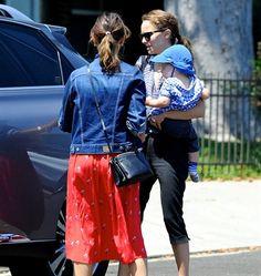 21/08/2012 Natalie Portman si dirige in sinagoga con il figlio Aleph e l'amica Rashida Jones. Poi pranzo e visita al marito impegnato in una prova di danza. L'attrice ha sposato il ballerino e coreografo francese Benjamin Millepied in gran segreto, lo scorso 4 agosto.
