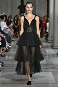 Imagen 286 Vestido largo de tul plisado sin mangas y cinturón con detalles bordados color negro | HISPABODAS