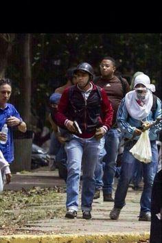 Descarada y abiertamente armados dentro de la UCV, colectivos asesinos del gobierno. pic.twitter.com/9ujruIahsS vía @yeye6204