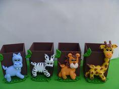 Enfeite de Mesa em mdf decorado com biscuit no tema Safári  Largura da caixinha; 7x7x10 de altura.  Valor; 15,00(cada peça)  Quantidade Minima 3 peças.
