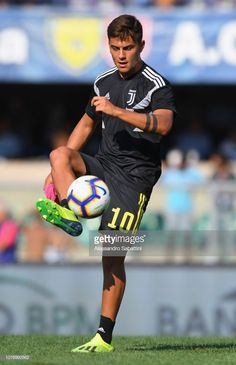 VERONA, ITALY - AUGUST Paulo Dybala of Juventus during the warm up prior to the serie A match between Chievo Verona and Juventus at Stadio Marc'Antonio Bentegodi on August 2018 in Verona, Italy. (Photo by Alessandro Sabattini/Getty Images) Best Football Players, Football Boys, Soccer Players, Juventus Players, Juventus Fc, Camila Gallardo, Time Do Brasil, Argentina National Team, Most Popular Sports