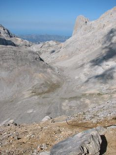 El Urriello desde lo alto del Jou de los Boches.En primer término,el famoso cable.