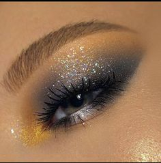Runway-ready smokey eye: easy to wear during daytime, for a touch of drama and fun. You don't even have to be a master at blending! Edgy Makeup, Makeup Eye Looks, Eye Makeup Art, Cute Makeup, Makeup Goals, Pretty Makeup, Skin Makeup, Eyeshadow Makeup, Makeup Inspo