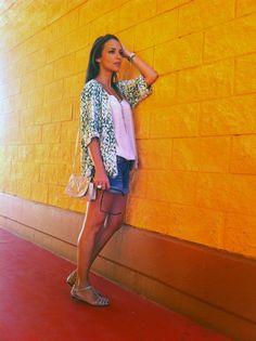 Shorts jean+Tanktop blanco+Chaqueta estampada