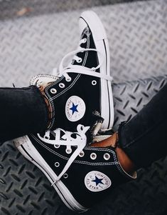 Converse All stars Chuck Taylor hautes noires Converse All Star, Converse Haute, Black Converse, Converse Classic, All Star Shoes, Moda Sneakers, Converse Sneakers, Casual Sneakers, Sneakers Fashion
