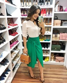 { Sempre fui apaixonada por essa combinação animal print e verde, o look de hoje total é @paconcept } A Blusa e a saia são um Bapho 😍… Modest Outfits, Skirt Outfits, Chic Outfits, Fashion Outfits, Work Fashion, Modest Fashion, Future Clothes, Fashion Forever, Blouse And Skirt