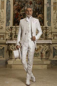 costume-de-marie-baroque-mao-col-redingote-vintage-en-tissu-jacquard-gris-perle-avec-broderie-en-d-argent-et-fermoir-en-cristal. Best Suits For Men, Mens Suits, Wedding Men, Wedding Suits, White Dress Shoes, Gothic Shirts, Frock Coat, Designer Suits For Men, Frack